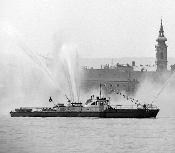 Mintha csak bomba robbant volna a víz alatt: az 1979-es víziparádé egyik látványossága.