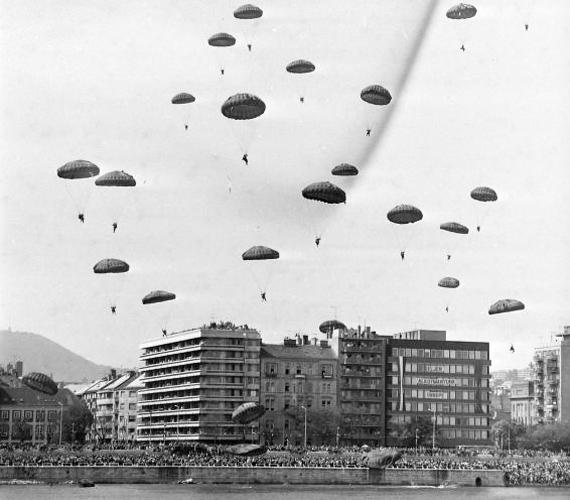 1980. augusztus 20-án rengeteg ejtőernyős ereszkedett a rakpartra.