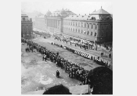 1932-ben készült a fotó az 1. kerületi Szent György téren: így vonult a Szent Jobb körmenet.