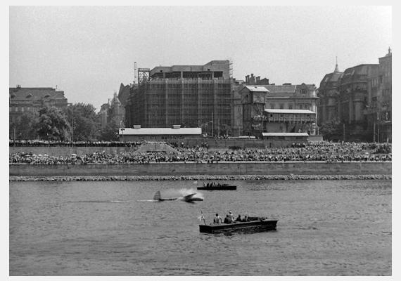 Szintén egy vízi felvonulás, ezúttal a Széchenyi rakpartról, 1971-ből.