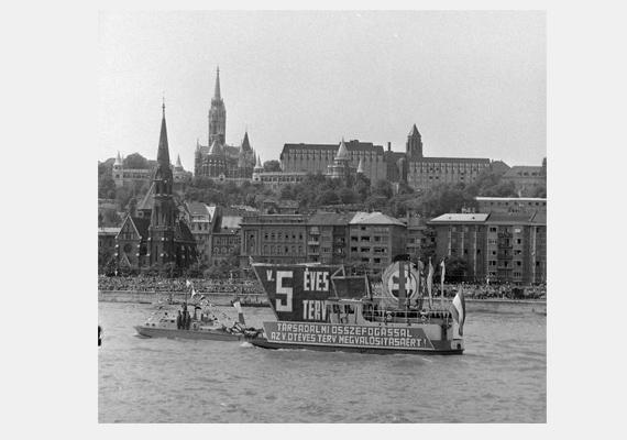 A szocializmus mottója még a nemzeti ünnepen is feltűnt: Társadalmi összefogással az ötéves terv megvalósításáért! A kép 1975-ből származik.