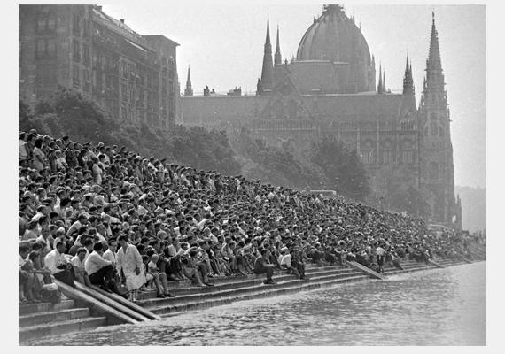 Akárcsak manapság, 1976-ban is óriási tömeg gyülekezett már kora délután a rakparton, a Parlament előtt.