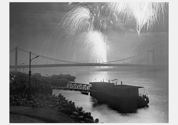 És íme, a tűzijáték 1978-ból, háttérben az Erzsébet híddal.