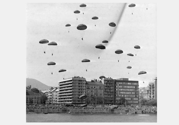 1980. augusztus 20-án még ejtőernyős bemutatót is tartottak a Duna felett.
