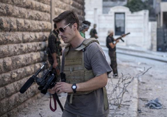 A kegyetlenkedéseiről ismert dzsihádista milícia, az Iszlám Állam brutálisan kivégezte az amerikai James Foley riportert. Foley-t Szíriában rabolták el két évvel halála előtt. Az eset óta a szervezet több olyan videót is közzétett, melyen nyugatiakat ölnek meg hidegvérrel. A legtöbb kivégzést egy brit akcentussal beszélő férfi követte el, akiről úgy gondolják, hogy egy Londonban élt rapper. Továbbra is komoly nemzetbiztonsági kockázatot jelent az, hogy rengeteg nyugati ország állampolgára áll be az Iszlám Állam fegyveresei közé. Bár sokukat még közel-keleti kiutazásuk előtt lekapcsolják, több ezren harcolhatnak Irak és Szíria területén az Európai Unió polgárai közül.