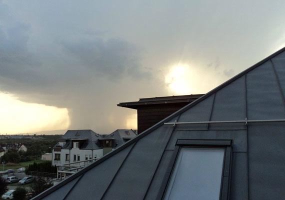 Budapesten többször is özönvizet okoztak a szokatlanul heves felhőszakadások. A szombat esti vihar főleg Angyalföldet érintette.