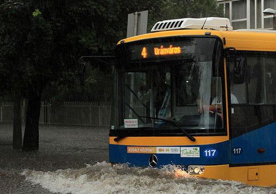 Pécsen is elöntött egyes utcákat a hirtelen jött nagy mennyiségű csapadék. Egyes útszakaszokon 20-30 centiméter magasan állt a víz. A tűzoltókat 80 alkalommal riasztották csak vasárnap a baranyai megyeszékhelyen.