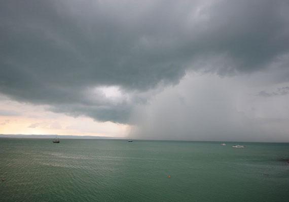 A Balatonnál még a zord időjárás is szép. Ez a lenyűgöző fotó a hétvégi viharok egyikét örökítette meg a tó fölött.