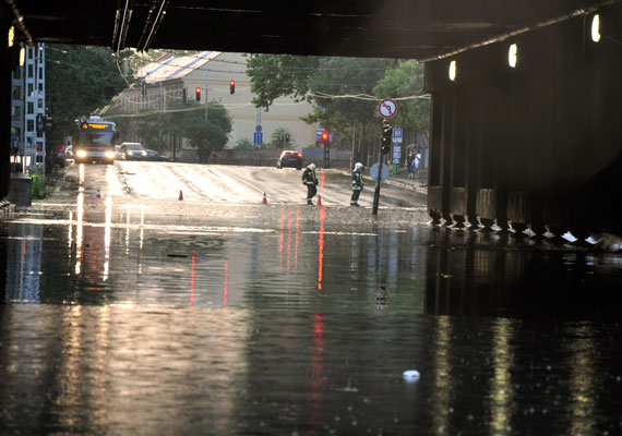 A Dózsa György út és a Vágány utca kereszteződésénél megállt a víz a felüljáró alatt.