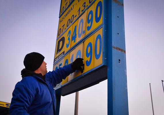Az, hogy a benzin ára hogyan alakul, jórészt függ az olaj világpiaci árától, így a világpolitikai folyamatoktól is. Azonban az üzemanyagok ára nemcsak ebből áll. A benzin árában benne van az ÁFA és a jövedéki adó költsége is. Ezek az ár több mint felét teszik ki, így jön ki a jelenlegi 343-344 forintos literenkénti benzin - gázolajnál 20 forinttal több. Egy Budapest-Szeged távolság egy kisebb fogyasztású autóval hétezer forintra jön ki a benzinköltséget tekintve, ami az M5-ösre szükséges matricával együtt 10 ezer forintra rúg.