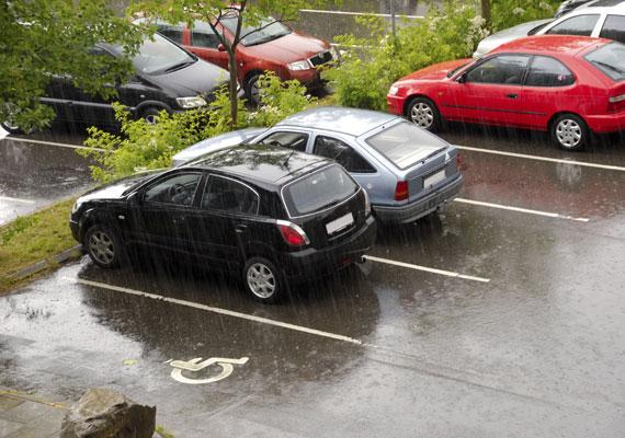 Budapest és a vidéki városok belső részein már szinte biztosan nem találsz ingyenes parkolóhelyet. Egy fővárosi parkolóházban akár 600 forintot is elkérnek egy óráért, de nagyjából ennyiért lehet otthagyni az autót a Budai Vár parkolási övezeteiben is. Olcsóbb a parkolás a külső kerületekben: Óbudán, Angyalföldön vagy éppen Lágymányoson 200 forint alatt is megúszhatod az óradíjat.