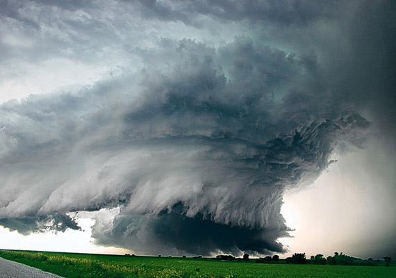 A tomboló vihar néha szinte hihetetlen színűre képes festeni az eget és a felhőket.