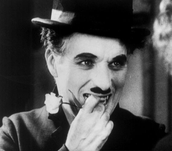 A komikus, filmrendező és színész, Charlie Chaplin ikonikus bajusza éppúgy védjegyévé vált, mint keménykalapja.
