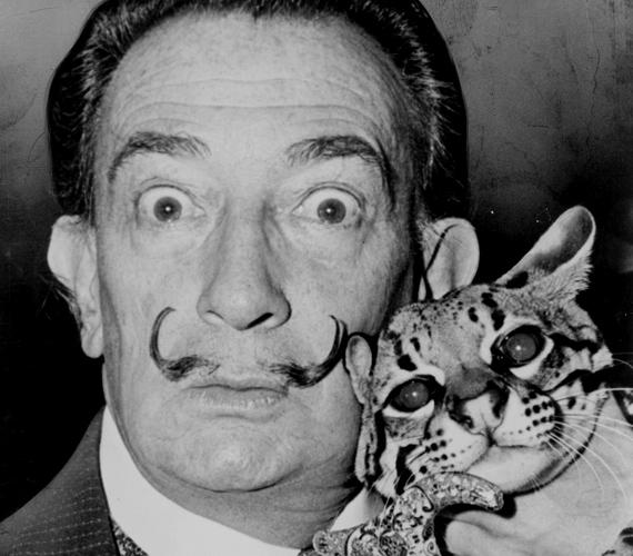A szürrealista festő, Salvador Dalí sajátos szemléletmódját bajuszával is igyekezett kifejezni.