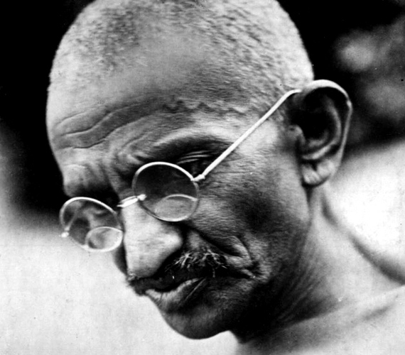 A nagy békeharcos, Gandhi utánozhatatlan megjelenéséhez kerek szemüvege mellett vékonyka bajusza is hozzátartozott.