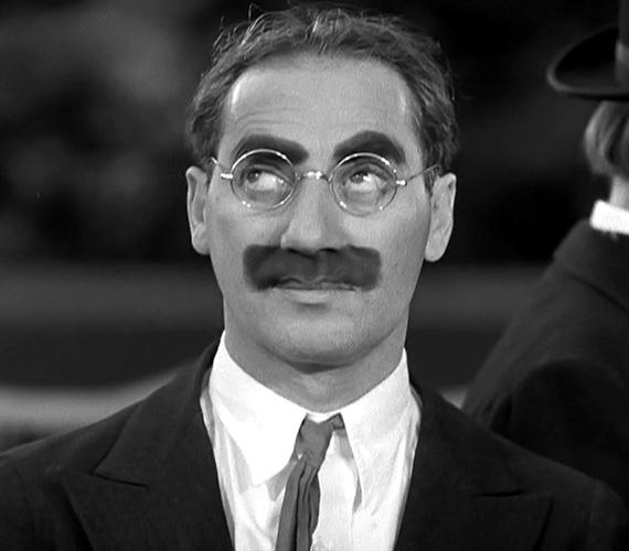 A világhírű nevettető és színész, Groucho Marx politikailag inkorrekt humora mellett furcsa bajuszáról is híres volt.