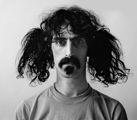 Az amerikai dalszerző, gitáros és filmrendező, Frank Zappa extravagáns arcszőrzetét senki nem felejti el.