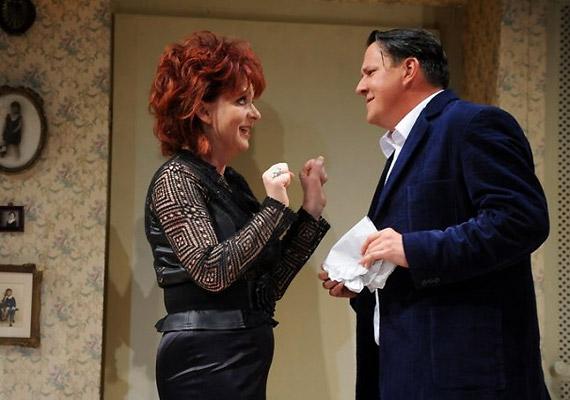 Ismeretséget köt Elaine-nel - Hernádi Judit -, a férjes asszonnyal, aki gyorsabb tempóra vágyik, mint Barney: szeretne a tettek mezejére lépni.