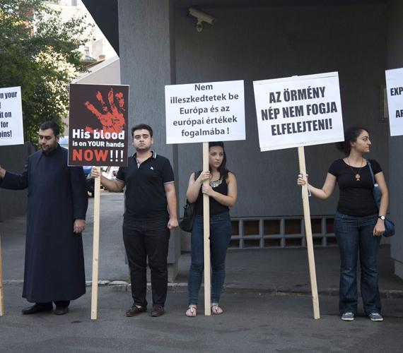 Demonstráló örmények Magyarország bukaresti nagykövetsége előtt.