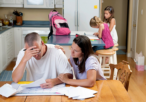 Két évre rögzítették a családi pótlék összegét, a korhatár 23-ról 20 évre csökkent, két évre csökkentették a gyes, gyed jogosultsági idejét, csökkentették a táppénz összegét.