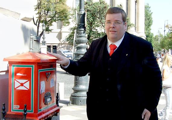 Schmuck Andor, az MSZDP elnöke. Az MSZDP a nyugdíjasok pártja, 55+ elnevezésű programjukban az 55 évesnél idősebbek kilakoltatási tilalmát szorgalmazzák, és a magáncsőd intézményének bevezetését e korosztály számára.