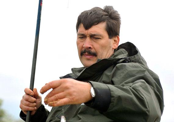 Áder János köztársasági elnök imád horgászni, bajusza nagy szélben is a helyén marad.