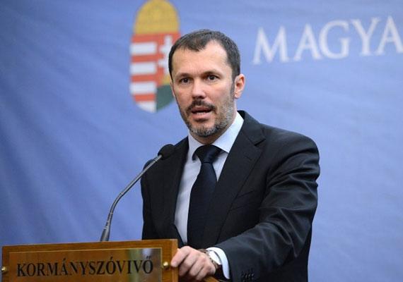 Giró-Szász András nem állt meg a bajusznál.