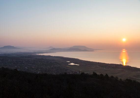 Ilyen szép a Balaton napfelkeltekor a Balatongyörök közelében lévő Batsányi-kilátóból.