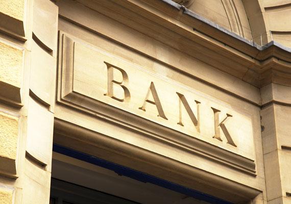 A K&H-nak 2015. május 5-ig kell kipostáznia az ügyfeleknek az elszámolásról és forintosításról szóló levelet, mivel még perelnek a devizahitelekkel kapcsolatban. A lapnak elmondták, hogy a jelenlegi tervek szerint 2015. március második felében elszámolnak devizahiteles ügyfeleikkel. A Budapest Bank a levelek zömét csak áprilisban, több részletre elosztva adja postára, a pénzre pedig ezután lehet számítani az ügyfeleknek.