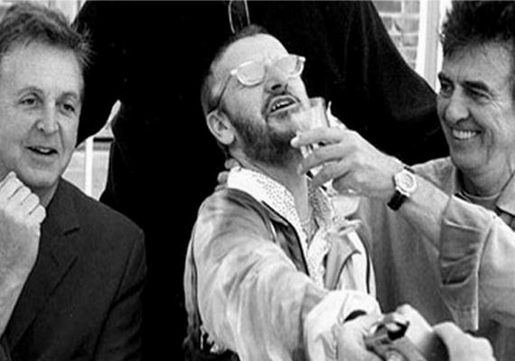 Ez a fotó 2000-ben készült a még életben lévő egykori tagokról, Paul McCartneyról, Ringo Starr-ról és George Harrisonról - aki egy évvel később elhunyt.