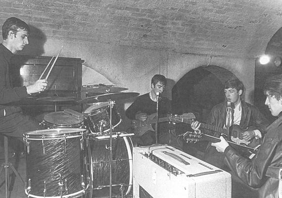 Szintén augusztus 22., de 1962-t írunk: ekkor készült az első közös kép a végleges felállásról egy koncerten, a The Cavern Clubban. A képen Ringo még nem szerepel, akkor még Pete Best volt a dobos.