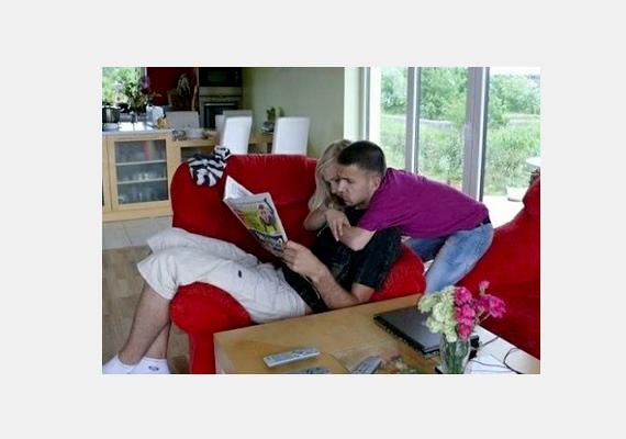 A lány ül, a fiú pedig a háta mögött van? Nem, pont fordítva. A lány karolja át a fiú nyakát, aki pedig ül a kanapén.