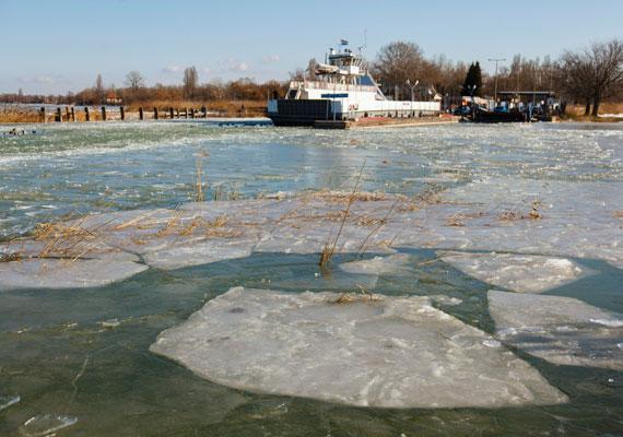 A Balaton jegesedése miatt január 5-én kora délutántól nem jár a komp Szántód és Tihany között. Az intézkedés ideiglenes, amint az időjárási, illetve jégviszonyok lehetővé teszik, a járatok újra elindulnak.