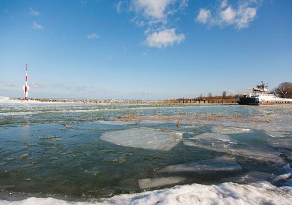 Hatalmas jégtáblák úsznak a tó felszínén, ami a hajózást is hátráltatja.