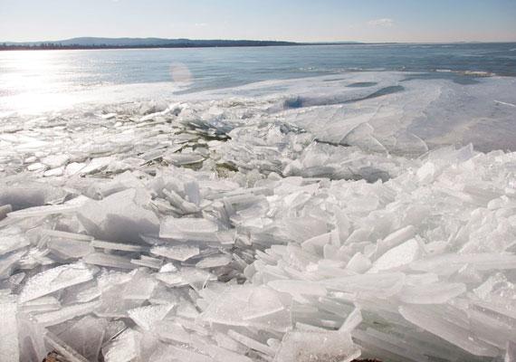 A szántódi kikötőben a szél miatt összetorlódott jégtáblák.