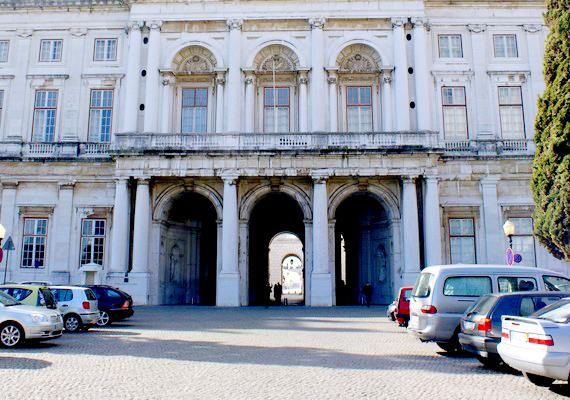 A lisszaboni Ajuda-palota építése 1796-ban kezdődött, és sohasem fejeződött be a háborúk és a pénzügyi gondok sora miatt. Egészen 1910-ig próbálkoztak, amikor a portugál forradalom végül eltörölte a monarchiát. A félkész épület ma múzeumként funkcionál.