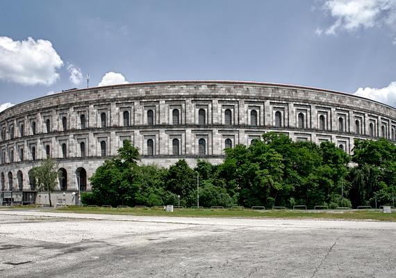 A nürnbergi Reichsparteitagsgelände épületében tartották a Nemzetiszocialista Párt éves tömegrendezvényét. Az Albert Speer által tervezett gigantikus hely egyik létesítménye adott volna otthont Adolf Hitler különböző aljas tevékenységeihez. A második világháború azonban meghiúsította a terveket, és az épület soha nem készült el teljesen.