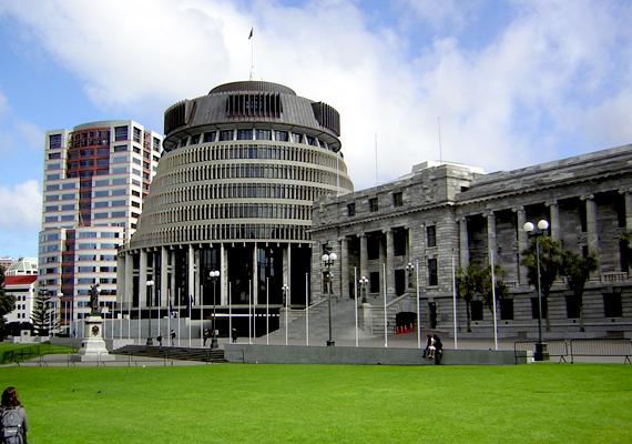 Az új-zélandi parlament épülete eredetileg 1911-re készült volna el, de 1914-ig nem kezdték meg a munkálatokat. 1922-ben még a felével sem voltak készen, mert a háború közbeszólt. A második szakaszt hivatalosan 1995-ben nyitották meg, de még mindig nem fejezték be teljesen.