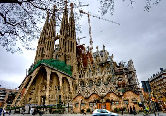 A Sagrada Família temploma a híres építész, Antoni Gaudí érdeme, kinek1926-os halála megállította a munkát, amikor az épületnek a negyede sem volt még kész. Később folytatták az építkezést, és jelenleg is folynak a munkálatok, leginkább a turisták adományainak segítségével. A tervek szerint2026-ra, Gaudí halálának századik évfordulójára fejezik majd be a templomot.