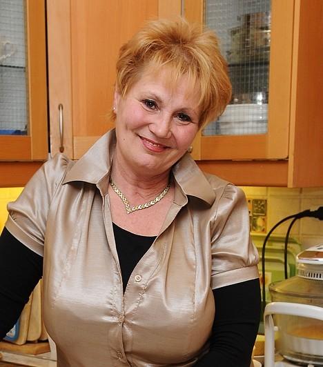 Bay Éva22 éves volt, mikor a Magyar Televízióhoz került Bay Éva, és az elkövetkező 23 évben ott is maradt. Bemondónőként és műsorvezetőként vált ismertté - nevéhez fűződik a Híradó, az Ablak című magazin, valamint azÖtös- és a Hatoslottó-sorsolás. Jelenleg két helyen is tanítással foglalkozik.Kapcsolódó képgaléria:Legendás magyar színésznők »