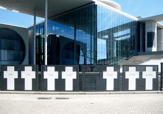 A berlini fal áldozatainak emlékhelye. A menekülő áldozatok közül 1989-ig bezárólag 125-en vesztették életüket, ebből 62-en a kiadott tűzparancs miatt leadott lövések következtében.
