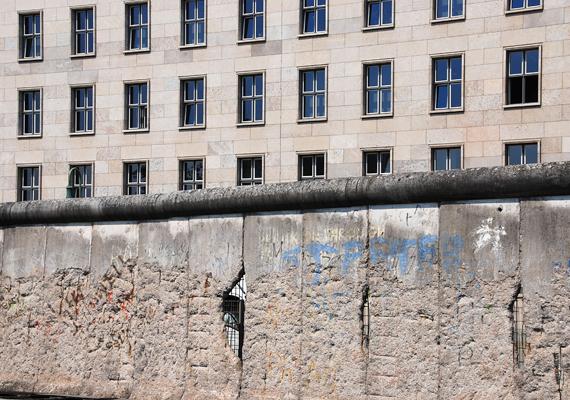 A határ lezárását megelőző napokban napi 1500-1900 embert regisztráltak a nyugat-berlini menekülttáborokban.