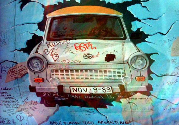 Az NDK népességvesztése 1961 nyarán már 30 ezer fő fölött volt, így 1961. augusztus 12-én szögesdrótkerítéssel lezárták a határt. A nyugati oldalról a falat ehhez hasonló graffitik borították.