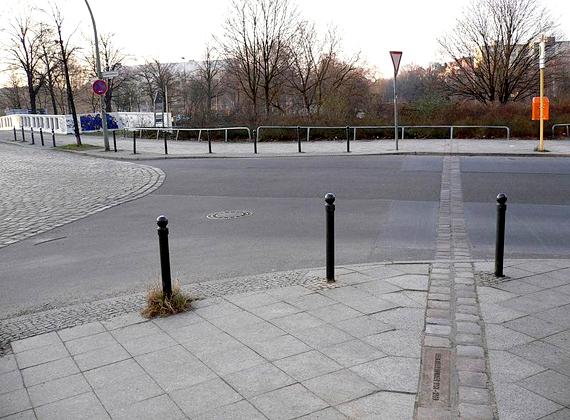 Jelenleg így néz ki Berlinben a fal helye, amit a kettős bazaltkockasor jelöl.