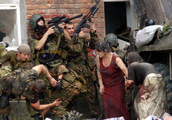 Három nap után az orosz fegyveres erők megrohamozták az épületet. Később sok kritika érte a hatóságokat az akcióért. A kialakult tűzharcban haltak meg a legtöbben. Bár a hivatalos orosz források szerint egyetlen túszejtő maradt életben, akit el is fogtak, sokan arról számoltak be, hogy a merénylők egy része a káoszban meg tudott lépni.