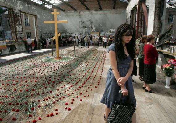 Ez a fotó évekkel a tragédia után készült, de az iskola tornatermének falain még mindig láthatóak voltak a dráma nyomai. Tavaly, a tízéves évfordulón három napig gyászoltak - eddig tartott a túszdráma is.
