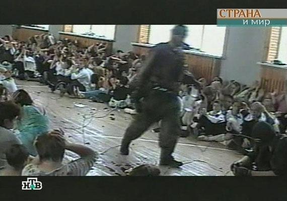 A 34 csecsen terrorista az orosz kormánytól a csecsenföldi háború lezárását akarta kierőszakolni. A fegyveresek az iskola tornatermében a több mint ezer ember - többségében általános iskolás gyerek - közé bombákat telepítettek, és étlen-szomjan tartották őket. Már a terroristák több gyerekkel és felnőttel végeztek.