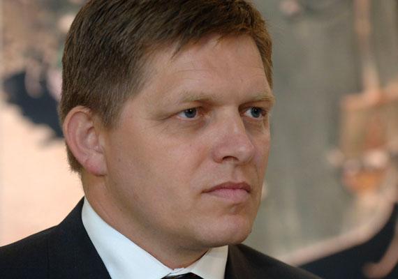 """""""Azt akarják, hogy úgy reagáljak, mint Orbán Viktor, hogy ha tüntetnek ellenünk, akkor egy ellentüntetéssel válaszolunk, amire mindig el tudunk hívni 20 ezer embert. Ez nem megoldás."""" - így reagált Robert Fico szlovák miniszterelnök a napokban arra, hogy hetek óta tömegek követelik a lemondását az utcán. Fico itt feltehetőleg a békemenetre célzott, amit ugyan névleg a Civil Összefogás Fórum szervezett, de a kormány melletti kiállás volt a tüntetés célja."""