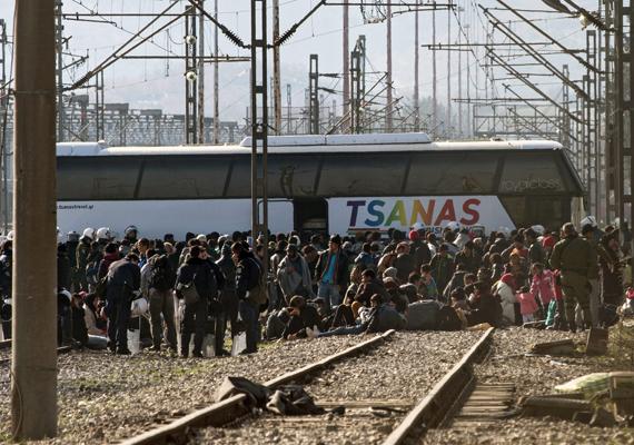 Mintegy ötezer bevándorló torlódott fel ezáltal a határon. Sokan a vasúti síneken gyülekeztek, ezért buszokat rendeltek hozzájuk.
