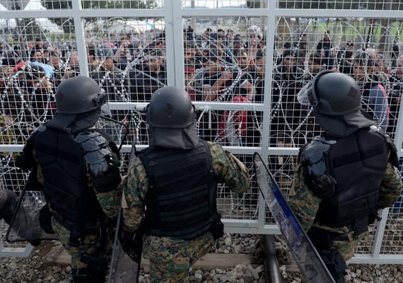A két fél egymással szemben: az egyik oldalon az átjutni vágyó bevándorlók, a másikon a macedón rendőrök.